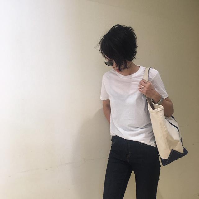 デニムとTシャツの組み合わせってカジュアル度100%。部屋着みたいに見えそうで、私の中では絶対できないコーデでした。そんな話をしていたら、望月さん  ...